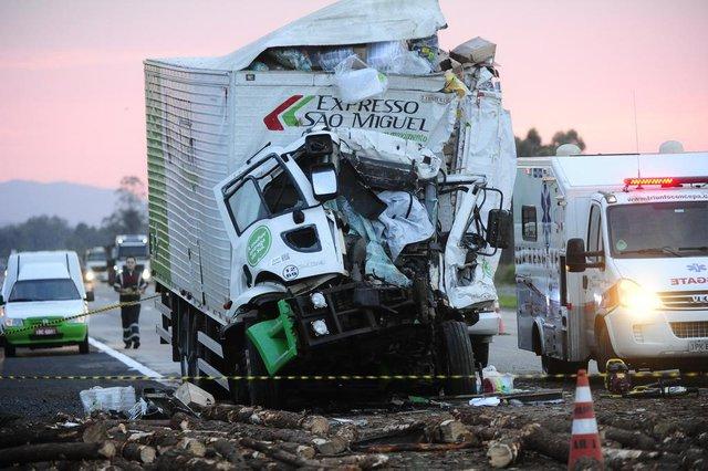 Acidente na freeway deixa uma pessoa morta.