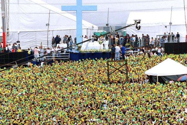 Foto dos fiéis que participaram da missa celebrada pelo Padre Marcelo Rossi, em Interlagos, São Paulo. FD.#PÁGINA: 40#EDIÇÃO: 2ªMISSA DO PADRE MARCELO ROSSI NO AUTODROMO DE INTERLAGOS, NO PERIODO DA MANHAPADRE4  S10  02/01/00  MISSA PADRE MARCELO  GER  MISSA DO PADRE MARCELO ROSSI NO AUTODROMO DE INTERLAGOS, NO PERIODO DA MANHA, QUE INICIOU-SE AS 11:00HS - GERAL DO PUBLICO  FOTO SEBASTIAO MOREIRA/AE#PÁGINA:40 Fonte: AE Fotógrafo: SEBASTIÃO MOREIRA