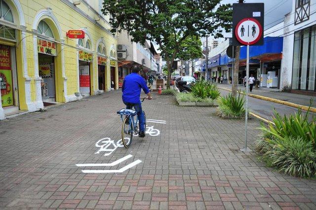 JOINVILLE,SC,BRASIL,17-10-2017.Implantação da ciclorrota em ruas centrais de Joinville.(Foto:Salmo Duarte/A Notícia,Geral)