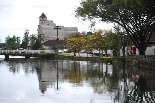 JOINVILLE,SC,BRASIL,16-10-2017.Ipê daá tons de amarelo ao rio Cachoeira com o moinho atrás.(Foto:Salmo Duarte/A Notícia,Geral)