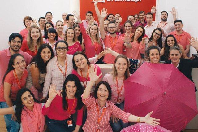 Os mais de 500 colaboradores da rede Breithaupt  de diferentes cidades catarinenses se uniram na luta contra o câncer de mama. Entre as ações, está a arrecadação de lenços que serão doados à Rede Feminina.