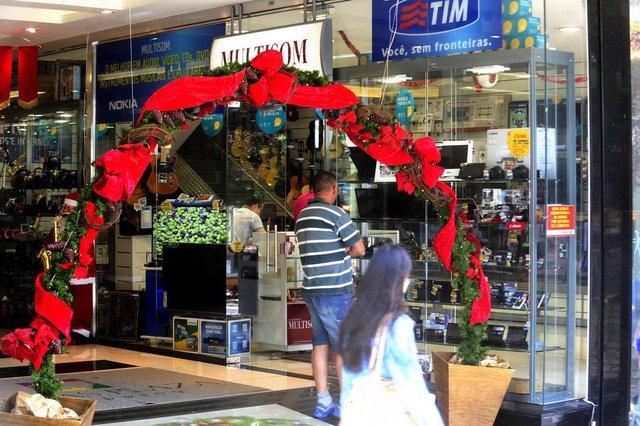 CAXIAS DO SUL, RS, BRASIL  (16/12/2014) Comércio de Natal 2014. Movimento discreto de consumidores na rua e nas lojas, há uma semana do Natal. Comércio Natalino. (Roni Rigon/Pioneiro)