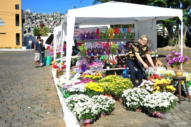 JOINVILLE,SC,BRASIL,01-11-2017.Comércio entorno do cemitério municipal para o dia de Finados.Rosiclei Lubawski.(Foto:Salmo Duarte/A Notícia)