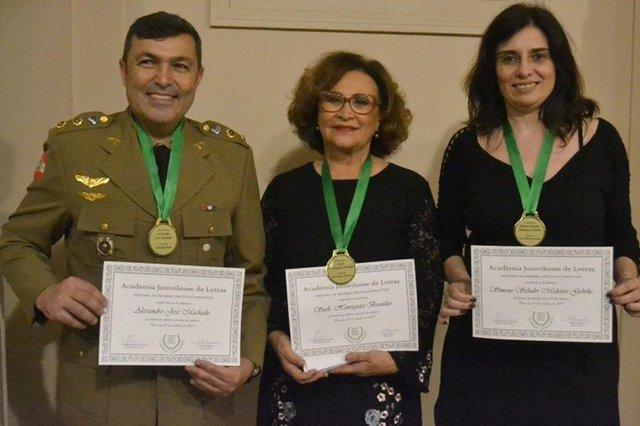 Alessandro José Machado, Sueli Brandão e Simone Gehrke, que receberam diplomas e medalhas da academia joinvilense de letras