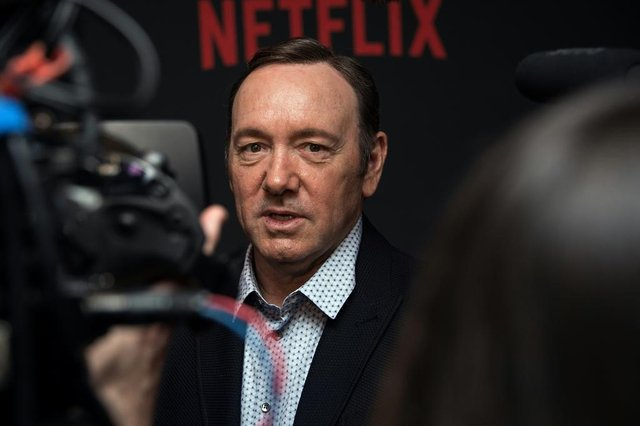 Anthony Rapp says Kevin Spacey made a sexual advance when he was 14(FILES): This file photo taken on February 23, 2016 shows actor Kevin Spacey arriving for  the season 4 premiere screening of the Netflix show House of Cards in Washington, DC. Kevin Spacey came out as gay early Monday, October 30, 2017 and apologized to actor Anthony Rapp, who accused the Hollywood star of making a sexual advance on him at a 1986 party when he was only 14 years old. Spaceys announcement, posted to his Twitter account at midnight, came after Rapp -- best known for being part of the original cast of Broadway hit Rent -- made the accusation in an interview with Buzzfeed News. / AFP PHOTO / Nicholas KammEditoria: ACELocal: New YorkIndexador: NICHOLAS KAMMSecao: theatreFonte: AFPFotógrafo: STF