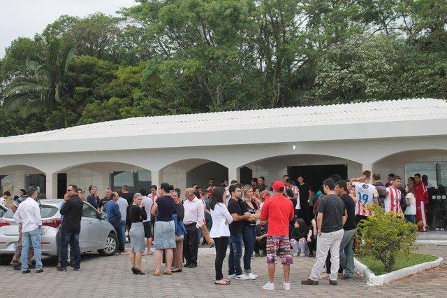 Jogadores do time do adolescente morto por um raio em Biguaçu fazem homenagem no velório