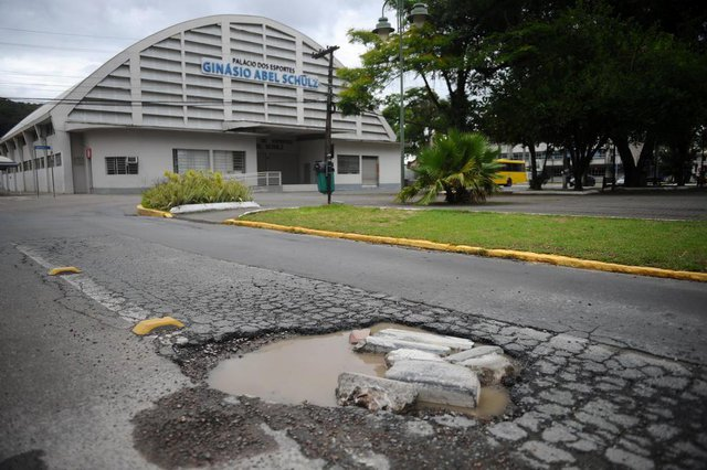 JOINVILLE, SC, BRASIL (05-11-2017) - Buraco na rua XV de novembro em Joinville. (Foto: Maykon Lammerhirt, A Notícia)