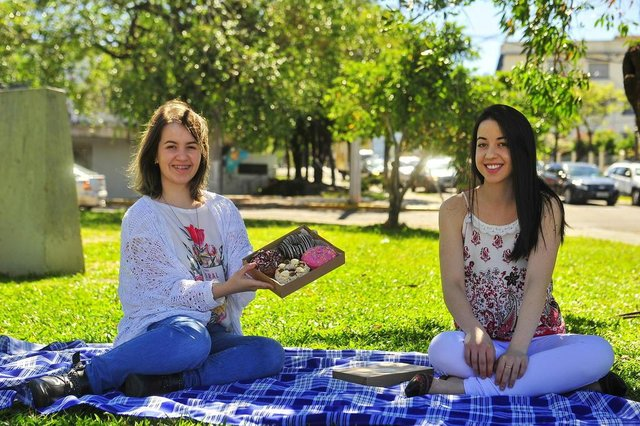 SANTA MARIA, RS, BRASIL. 01/11/2017.As irmãs Camila e Priscilla criaram a marca Donatellas Donuts. Os donuts são feitos em casa, de maneira artesanal.FOTO: GABRIEL HAESBAERT / NEWCO DSM