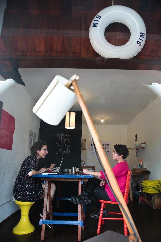 FLORIANÓPOLIS, SC, BRASIL: Embarcação é um novo espaço de arte na Lagoa da Conceição. Na foto: Mônica Hoff (de óculos) e Kamilla Nunes.(Foto: CRISTIANO ESTRELA / DIÁRIO CATARINENSE)