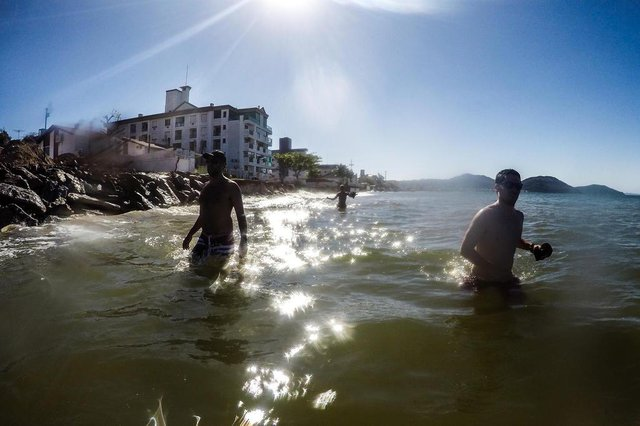 FLORIANÓPOLIS, SC, BRASIL - 23/10/2017Os efeitos da ressaca na praia dos Ingleses