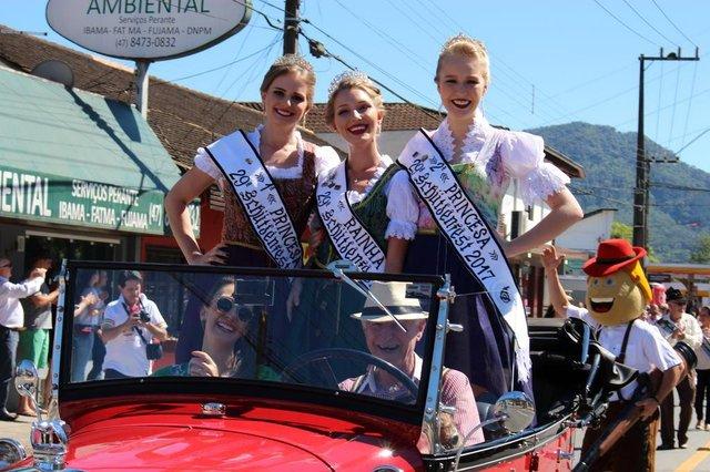 desfile na 29ª Schutzenfest em jaraguá do sul