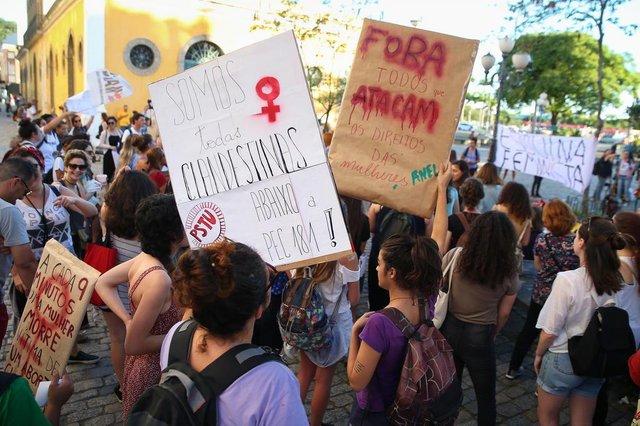 FLORIANÓPOLIS, SC, BRASIL, 13-11-2017: Protesto contra a PEC 181, que derruba a legalidade de todos os tipos de aborto atualmente permitidos.