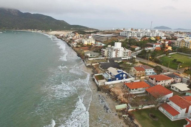 FLORIANÓPOLIS, SC, BRASIL, 20-09-2017: Ressaca da praia dos Ingleses. Faixa de areia foi tomada pela água.