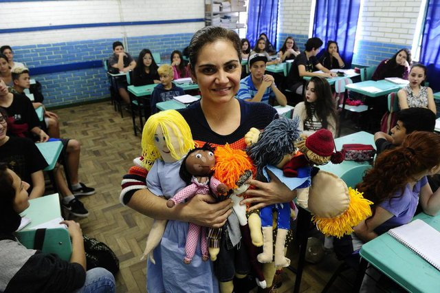 NOVA SANTA RITA,RS, BRASIL.2017-10-27.Turma de oitavo ano confeccionou bonecas com características especiais como forma de combater o bullying,na  Escola Miguel Couto.(RONALDO BERNARDI/AGENCIA RBS)