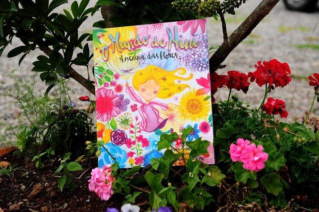 CAXIAS DO SUL, RS, BRASIL, 21/11/2017. A escritora Vera Damian e o ilustrador Ernani Carraro estão lançando o livro infantil O Mundo de Nini, A Menina das Flores, na Biblioteca Parque Largo da Estação. (Diogo Sallaberry/Agência RBS)