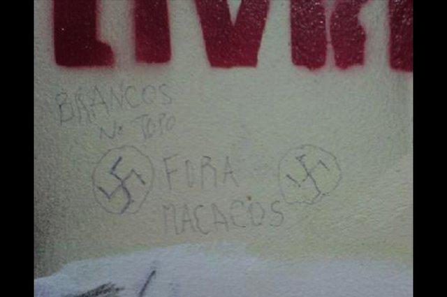 Frases foram encontradas em uma das paredes do diretório das Ciências Sociais, no início desta tarde