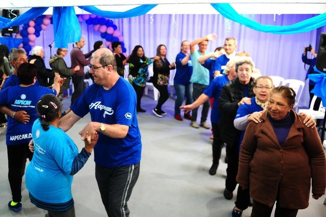 CAXIAS DO SUL, RS, BRASIL, 22/11/2017. Baile do Novembro Azul, organizado pela Associação de Apoio a Pessoas com Câncer, a Aapecan Caxias do Sul, oferece diversão para pacientes e ex-pacientes de câncer assistidos pela entidade. (Diogo Sallaberry/Agência RBS)
