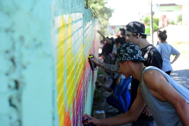 CAXIAS DO SUL, RS, BRASIL, 24/11/2017. Escola Ramiro Pigozzi (Rua São José, 2042 ¿ Arco Baleno), cujo muro, que estava todo pichado, recebe grafite de Fábio Panone - com a ajuda de estudantes. (Diogo Sallaberry/Agência RBS)