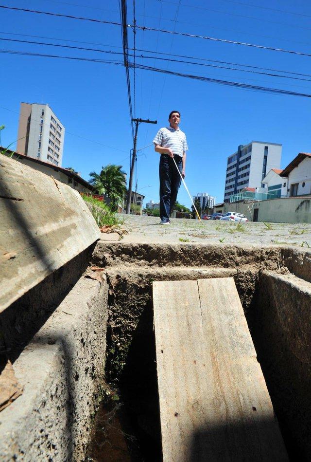 JOINVILLE,SC,BRASIL,16-11-2017.Osmar Pavesi,cai em dos bueiros sem tampa ,na rua Miguel Couto.(Foto:Salmo Duarte/A Notícia)