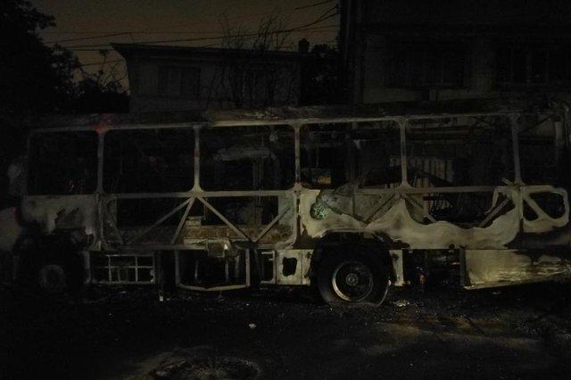 dois suspeitos foram presos por suposto envolvimento no ataque a ônibus da Visate, na noite desta sexta-feira, no bairro Jardim América, em Caxias do Sul. Na foto, ônibus incendiado.