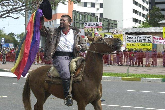 #Máquina: D1-5020683Desfile da Semana Farroupilha.Capitão Gay,  José Antônio San Juan Cattaneo.Piquete Chico Maninho de Viamão.