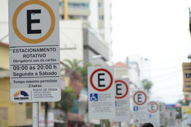 BALNEÁRIO CAMBORIU,SC,BRASIL, 03/07/2015: Preço de estacionamento da Área Azul está fracionado e troco é de três centavos.