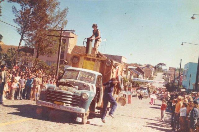 Sósias de Shazan e Xerife fazem sucesso no desfile na Fenavindima de 1973.