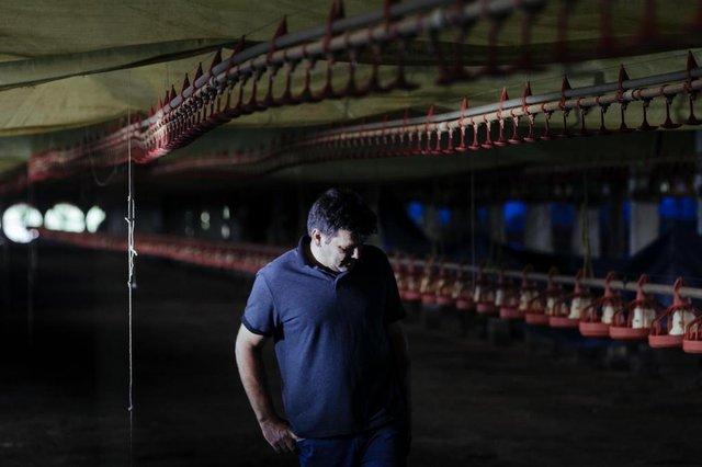 MORRO GRANDE, SC, BRASIL: Com o fechamento de uma empresa da JBS na cidade de Morro Grande, trabalhadores, terceirizados e parceiros da empresa ficam sem a fonte de renda. A empresa representava 60 por cento da fonte de renda do municipio. Valtoni Dandolini, 48 anos (Foto: Diorgenes Pandini/Diario Catarinense)Editoria: FotLocal: FlorianópolisIndexador: Diorgenes PandiniFonte: Diario CatarinenseFotógrafo: Fotojornalista