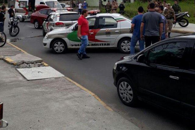 colisão entre carro nissan versa, usado por uber, que havia sido roubado, e uma viatura da polícia militar de joinville