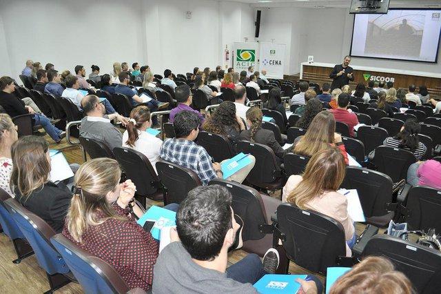 Associação Empresarial de Chapecó oferece cursos de neurovendas e endomarketing para fortalecer negócios.