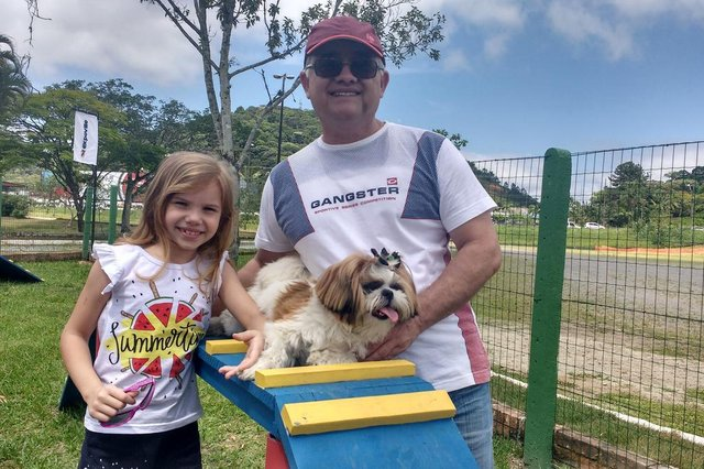 Parque para cachorros é inaugurado em Joinville, Odilon Santos com a filha, Ana Beatriz e a cachorrinha Cacau