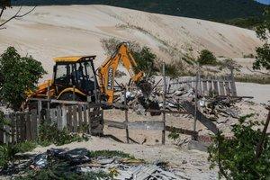 Demolições ocorreram na manhã desta terça-feira (12) (Diário Catarinense/Betina Humeres)