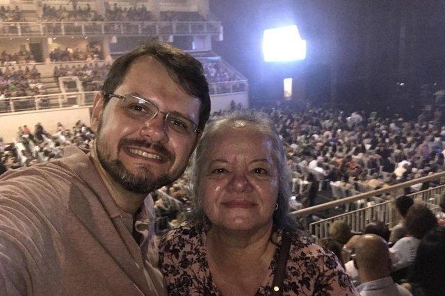 Rodrigo Rico curtiu o show de Roberto Carlos, no Centrevento Cau Hansen, na companhia da mãe Rita Rico: Uma noite inesquecível. Joinville merece eventos assim. Viva o Rei!¿