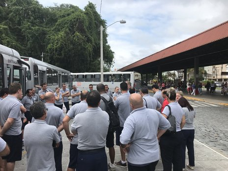 Funcionários se reuniram para conversar sobre a parada de meia hora no Terminal da Fonte (Jornal de Santa Catarina/Pamyle Brugnago / Jornal de Santa Catarina)