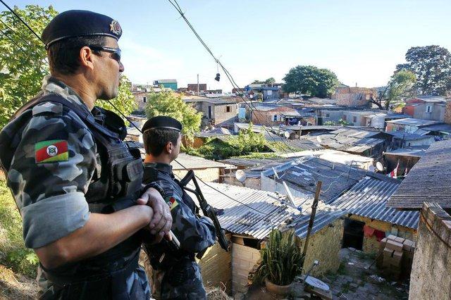 PORTO ALEGRE, RS, BRASIL, 04-05-2016- Briga intensa entre quadrilhas do tráfico na Vila maria da Conceição.Polícia observa zona de conflito Fotos ADRAIANA FRANCIOSI AGENCIA RBS
