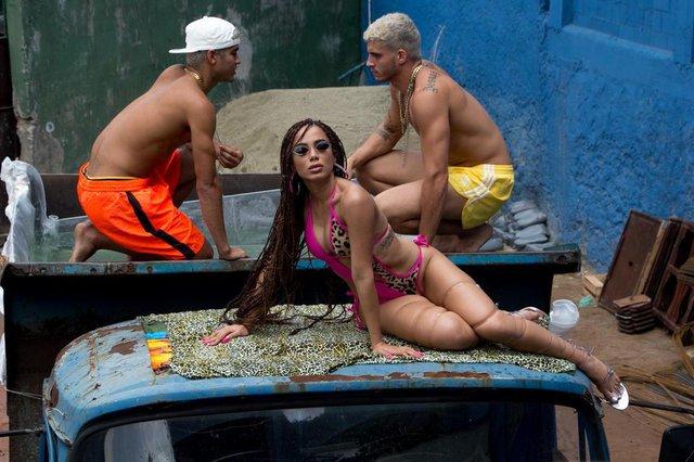 Imagens do clipe Vai Malandra, de Anitta, gravado no morro do Vidigal, no Rio de Janeiro
