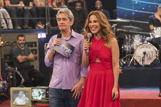 Wanessa Camargo e Serginho Groisman no especial de Natal do Alta Horas.