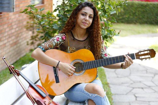 PORTO ALEGRE, RS, BRASIL 10/04/2017 - Estrelas da Periferia - MIRELLA DA SILVA PEREIRA, foi integrante da Orquestra Jovem do RS. (FOTO: ROBINSON ESTRÁSULAS/AGÊNCIA RBS)