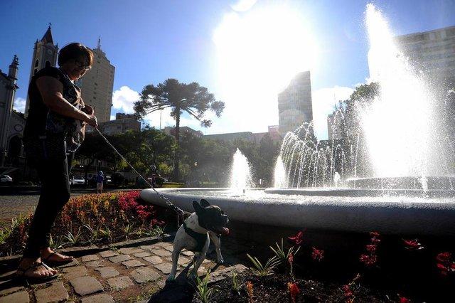 CAXIAS DO SUL, RS, BRASIL 25/12/2017População aproveita o feriado de Natal para passear na praça Dante ALighieri e conferir a reforma do chafariz. (Felipe Nyland/Agência RBS)