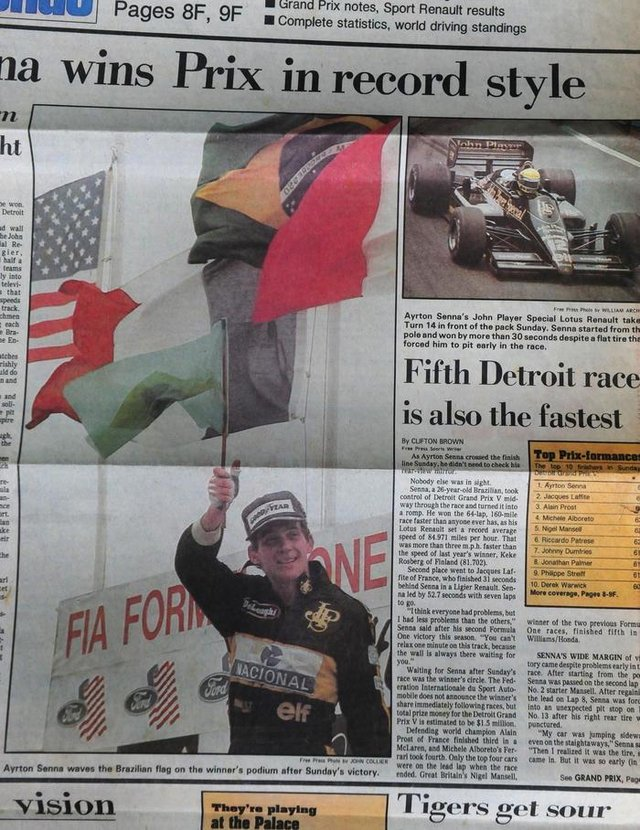 CAXIAS DO SUL, RS, BRASIL (30/10/2017). Caxienses com Airton Senna. Caxienses entregaram a emblemática bandeira brasileira ao piloto Airton Senna, vencedor do Gram Prix de Detroid, em junho de 1986. O empresário Luiz Carlos Ferronato, integrante do grupo, gurada os jornais da época. (Roni Rigon/Pioneiro).