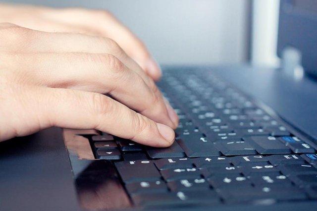mão teclado