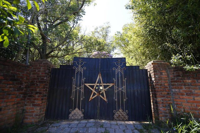 GRAVATAÍ, RS, BRASIL, 04-01-2018: Fotos do portão e de casa ligada ao bruxo Silvio Fernandes Rodrigues, suspeito de assassinatos de crianças em rituais satânicos na cidade de Novo Hamburgo (FOTO FÉLIX ZUCCO/AGÊNCIA RBS, Editoria de Notícias).
