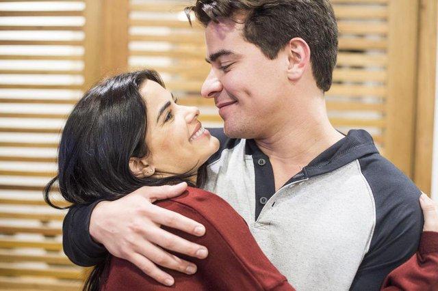 pega pega, Júlio (Thiago Martins) e Antônia (Vanessa Giácomo)