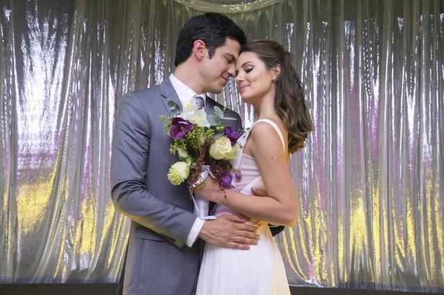 pega pega, Casamento de Eric (Mateus Solano) e  Luiza (Camila Queiroz).