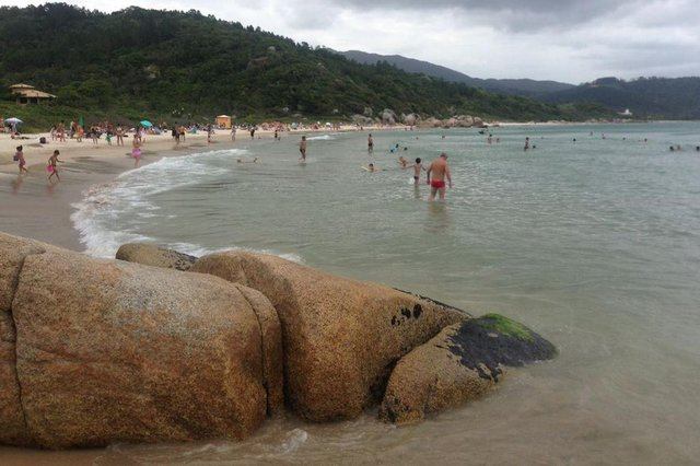 FOTO PARA ONLINE. Criança morre após explosão de foguete em praia na Grande Florianópolis. Foto na Praia das Cordas, local da morte do menino.