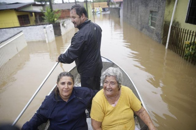 FLORIANÓPOLIS, SC, BRASIL - 11/01/2018Estragos causados pela chuva. Na foto, Dona Iraci Garcia Gaspar (de amarelo) , 86 , avó de Shirlei Nunes, da foto, não queria sair de casa. Disse que já perdeu tudo outras vezes e que tava cansada .. a gente conseguiu convencer ela a sair e acompanhei a saída. Perdeu quase tudo em casa