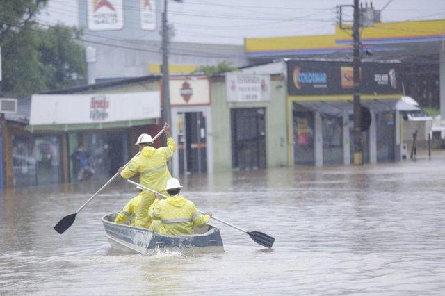 FLORIANÓPOLIS, SC, BRASIL - 11/01/2018Estragos causados pela chuva. Na foto, funcionários da Celesc indo de barco cortar a luz da rua