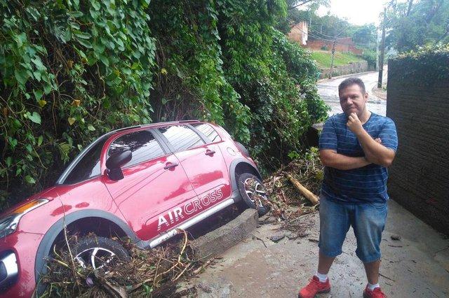 O carro do turista Geraldo Luís Felipe foi arrastado por cerca de 20 metros pela correnteza de um córrego no Canto da Lagoa e está por um triz de cair na ribanceira
