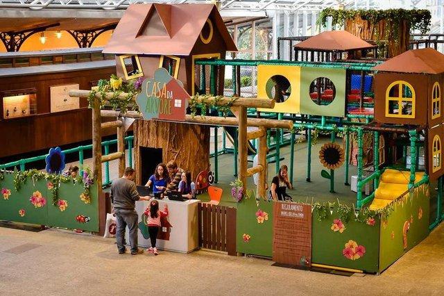 Casa da Árvore, um espaço lúdico inspirado em uma floresta com atrações que irão encantar os pequenos.
