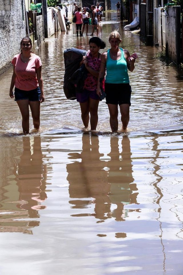 FLORIANOPOLIS, SC, BRASIL, 12.01.2018: Rescaldo das chuvas, enchentes e deslizamentos na ilha de Florianopolis. Na SC 405  (Foto: Diorgenes Pandini/Diario Catarinense)Indexador: Diorgenes Pandini